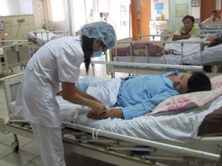 , bác sĩ Khoa điều trị tích cực Bệnh viện Đa khoa tỉnh luôn quan tâm, chăm sóc bệnh nhân điều trị tại khoa.